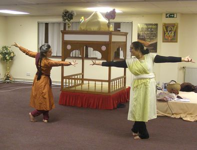 [ Fabrizia teaching her adult Bharatanatyam class at The Ravidassia Centre ]